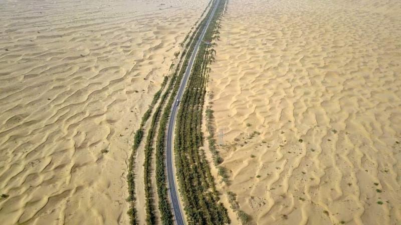 建于1995年的塔克拉马干沙漠公路,全长552公里,穿越世界第二大流动沙漠。两旁的绿化带采用滴水灌溉,防止公路被沙漠吞没。