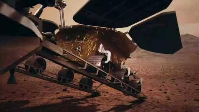 祝融号火星车开下着陆平台,到达火星地表。