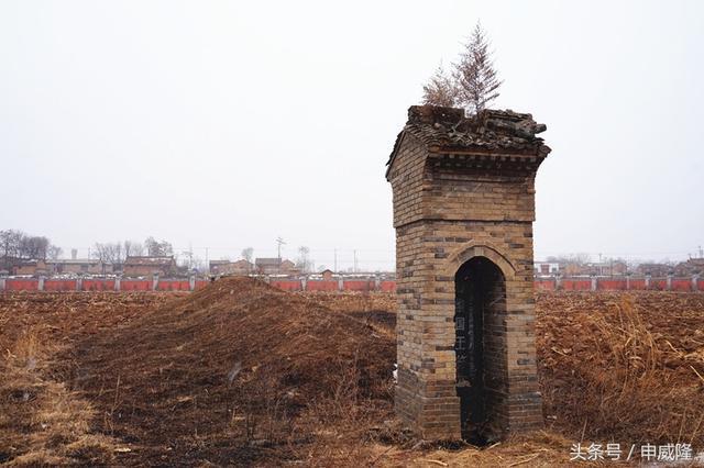 """墓冢北侧竖立着陕西省人民政府1957年所立的石碑,上面书写着""""前秦国王苻坚墓""""几个大字;"""