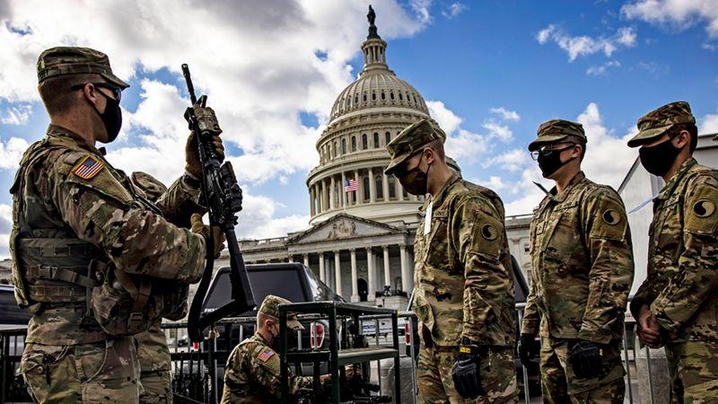 国民卫队士兵配备了半自动步枪,负责国会大厦保安。