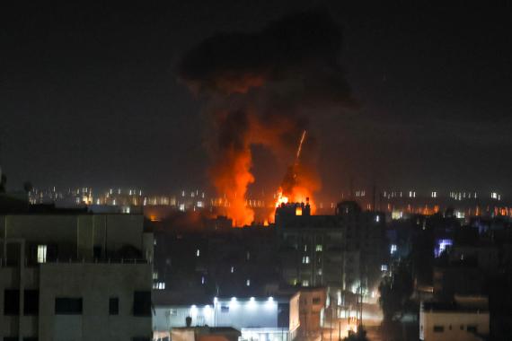 6月16日早些时候,以色列军队袭击巴勒斯坦飞地,加沙城发生爆炸 (法新社)